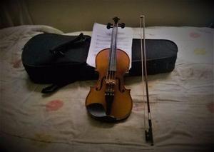 Violin marca clasic con estuche, arco, partituras y hombrera