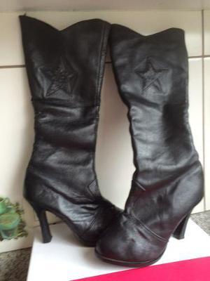 Botas largas de cuero en talla 36 en color negro con cierre