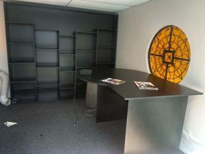 Librero estante de melamina grande y mesa de oficina