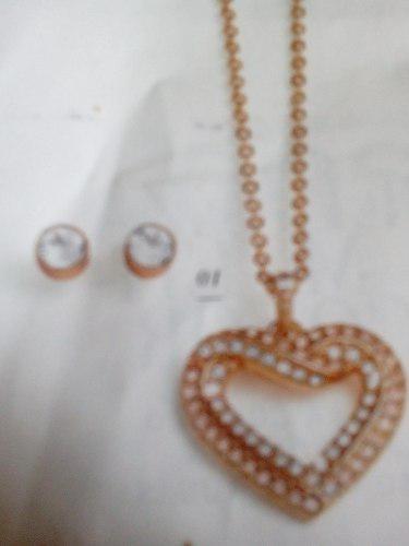 54c5210a0d2e Collar y aretes baño de oro cuore rose unique