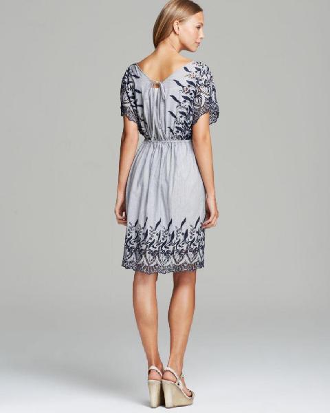 Vestido bordado azul con rayas, marca Two by Vince Camuto,
