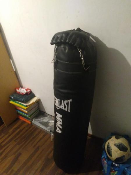 Saco boxeo con guantes y rak.