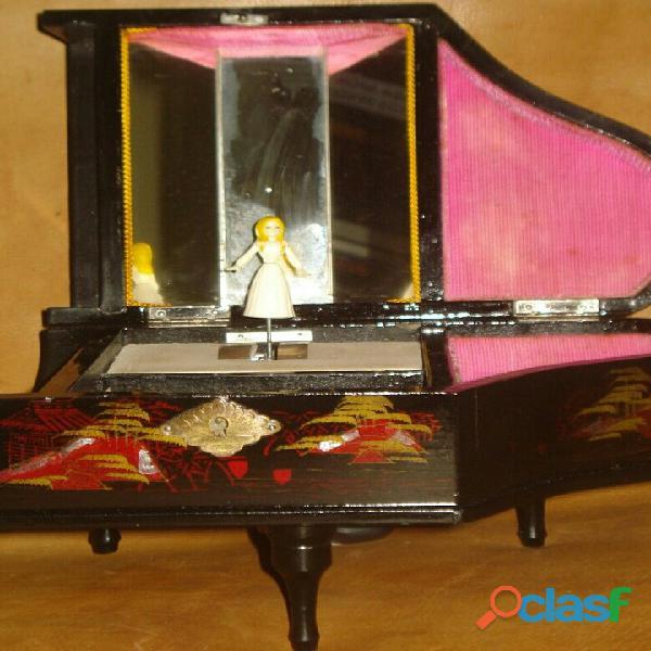 Caja musical antigua con bailarina