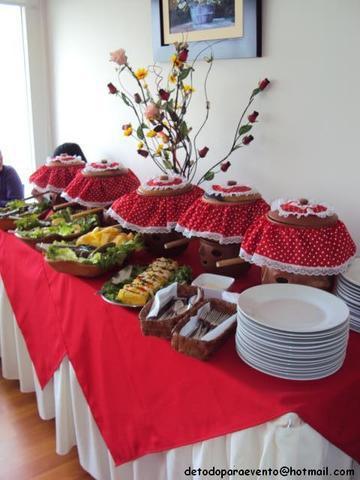 Buffet criollo en ollas de barrro