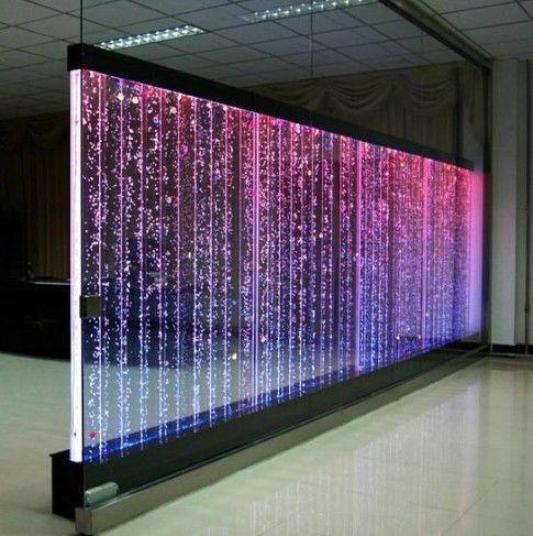 Panel de burbujas multicolores, cascadas artificiales,