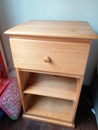 Mueble/ mesa de noche de madera pino| uso 6 meses