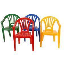 Vendo 4 sillitas de plástico y 1 mesitas de madera para