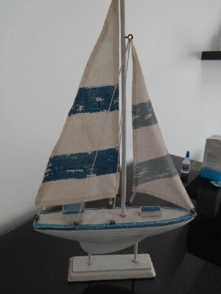Barco velero y auto a escala