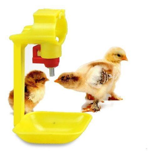 Bebedero automatico tipo niple + copa amarilla para pollos