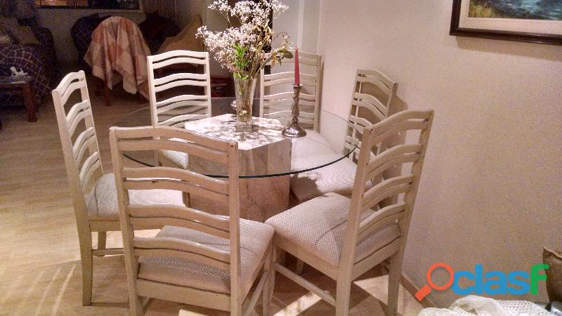 Vendo mesa redonda de mar mol con tablero de vidrio, y 6 sillas
