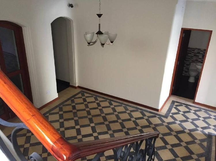 Amplia casa, 9 habitaciones, de excelente ubicación: id.