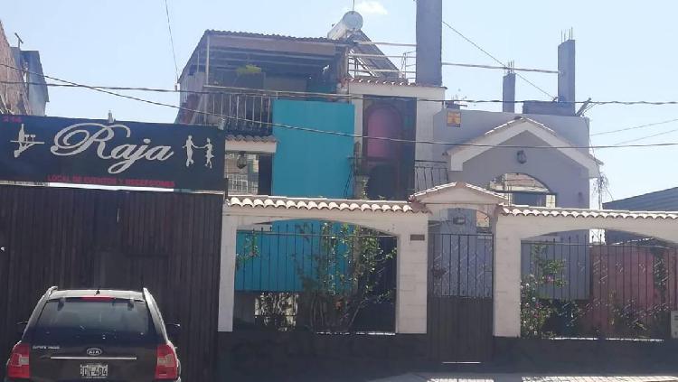 Casa de dos pisos y local de eventos en av principal