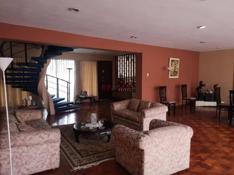 ID - Vendo Amplia Casa en Zona Residencial, de Pueblo Libre.