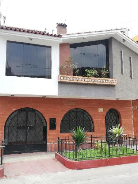 Venta de agradable y acogedora casa de 3 pisos bien ubicada