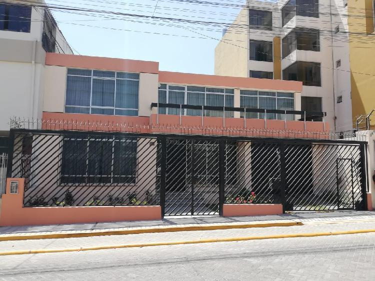 Alquilo amplia y cómoda casa para oficinas empresariales -