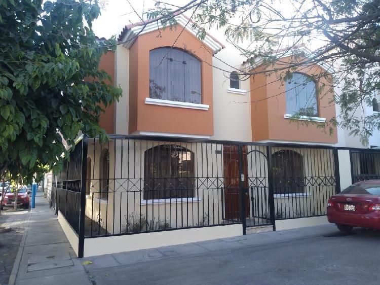 Alquiler amplia y acogedora casa de 3 pisos en piedra santa