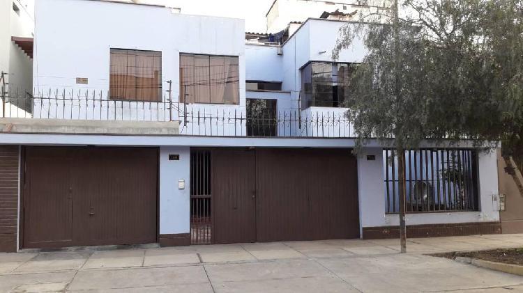 Alquilo casa de 3 pisos de 300 m², 7 dorm., 7 baños, en
