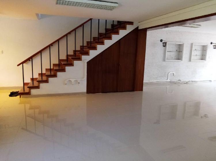 Se alquila casa de 300 m² para empresas (oficinas) en av