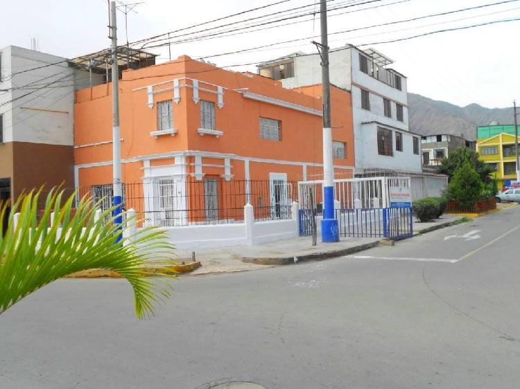 Casa en esquina frente a parque en la florida en el rimac