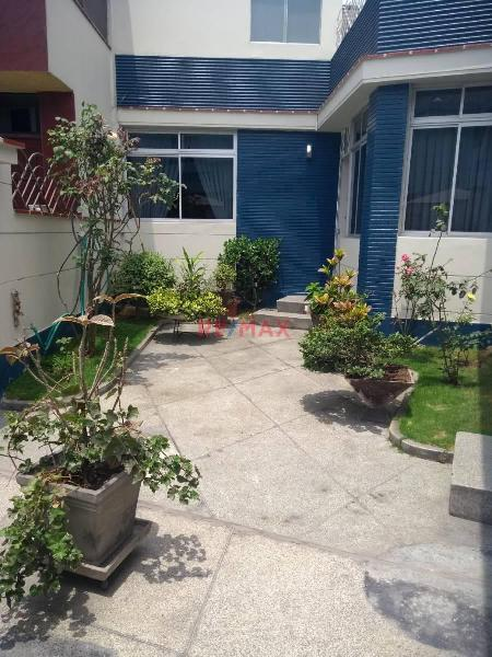 Hermosa casa con jardin y dos cocheras 165 m² p. libre