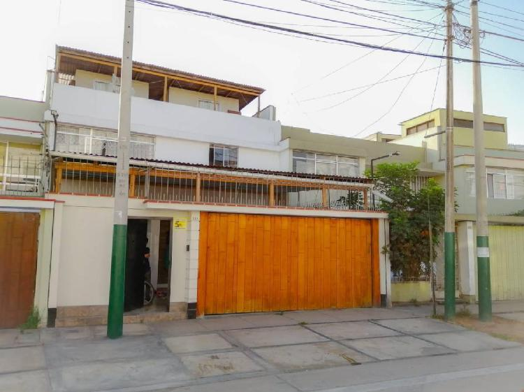 Amplia casa de 3 pisos en la mejor zona de santa catalina