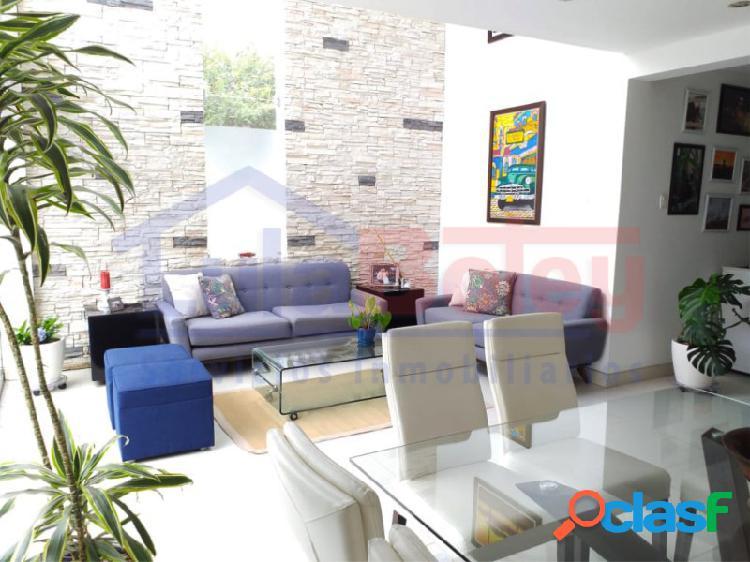 Alquilo hermosa casa de tres pisos con piscina en condominio jockey