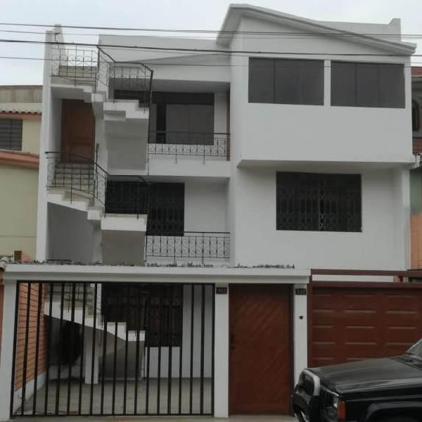 Id - alquiler de casa de tres pisos en av los cóndores de