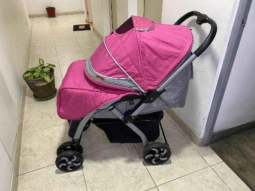 Coche bebé rosado y gris como nuevo