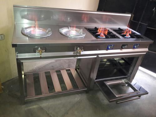 Cocina industrial con horno en acero inoxidable