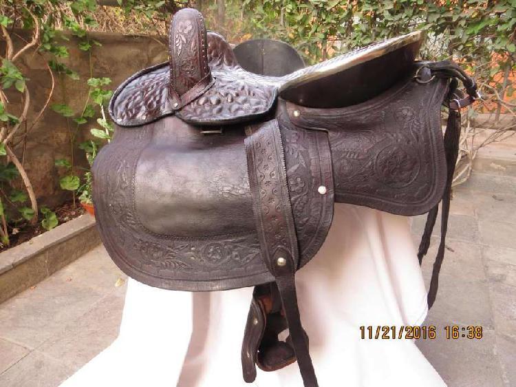 Montura caballo antigua cuero repujado y plaque año