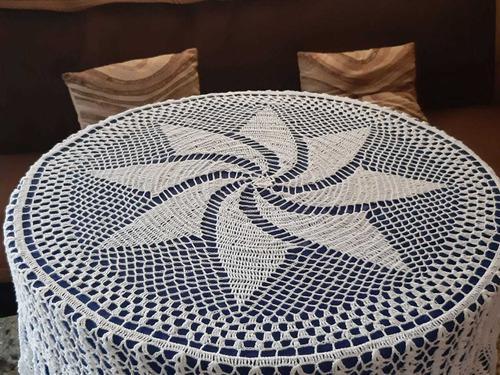 Mantel tejido a mano en hilo blanco para mesa de 6 sillas.