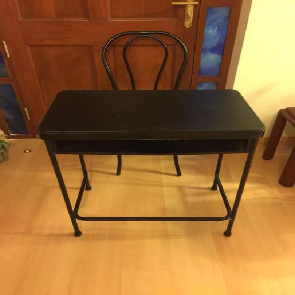 Mesa y silla comodoy de cuerina negro con repisa como