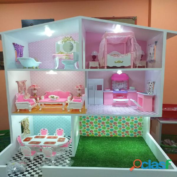 Linda casita con luces para muñecas
