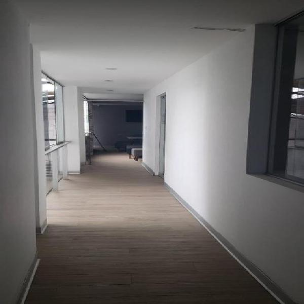 Excelente casa de 3 pisos para uso empresarial o vivienda -