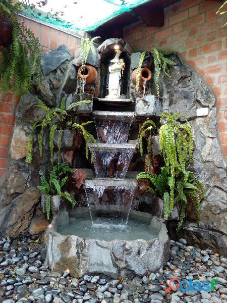 cascada artificial en pared, muro llorón, velo de agua, caida de agua 7