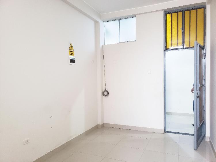 Oficina de 18 m2 dentro de galería comercial - segundo piso